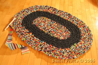 crocheter des tapis avec du tissu. Black Bedroom Furniture Sets. Home Design Ideas